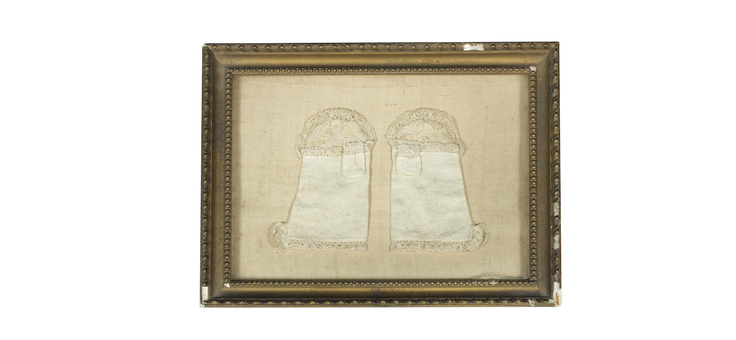 A pair of 17th century white linen infants mittens