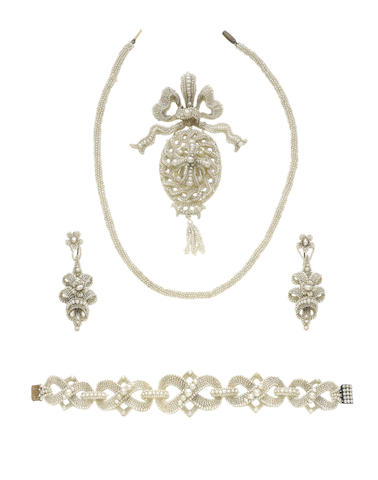 A seed pearl pendant necklace, bracelet and pair of earrings