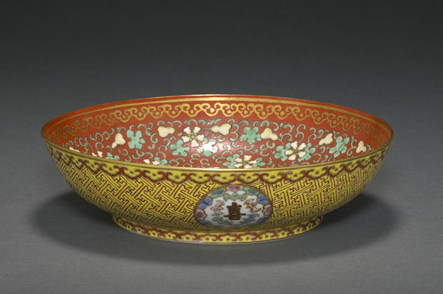 A coral red and famille rose enameled porcelain dish with gourd vine decoration
