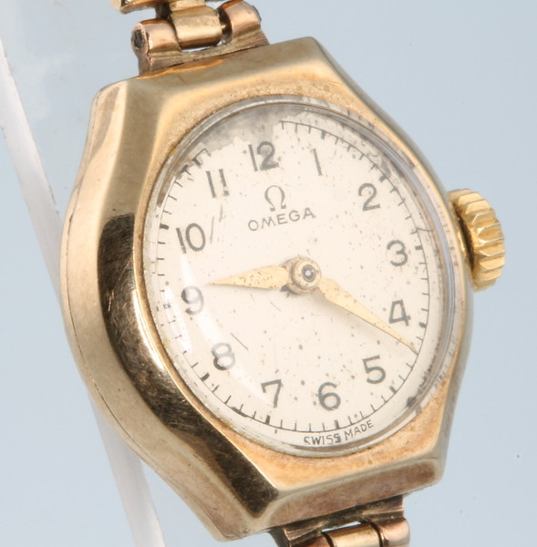 A lady's 9ct yellow gold Omega wristwatch on an expanding bracelet