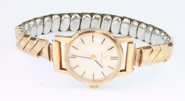 A lady's 9ct yellow gold Omega wristwatch on an expanding strap
