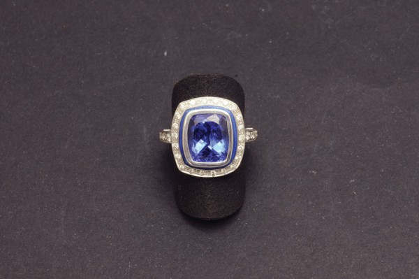 Gold ring with tanzanite and diamonds