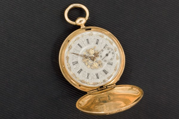 Gold watch hanging 18k