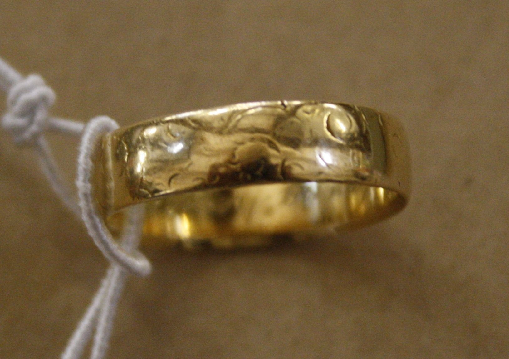 An 18ct gold wedding band, 3.6g approx.