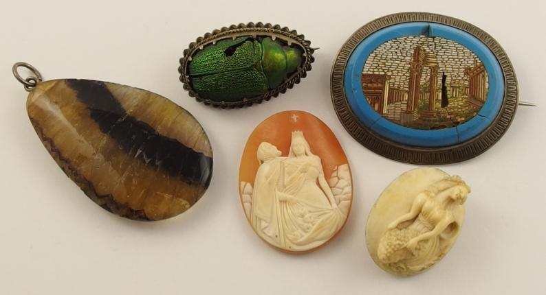 A collection to include a micro mosaic brooch of ruins, an iridescent beetle brooch, a blue John pendant and other items