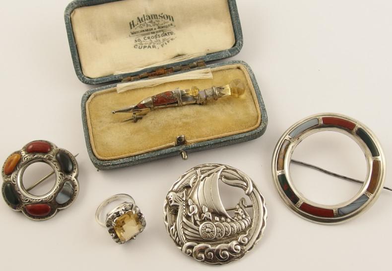 A skean dhu agate brooch in original box
