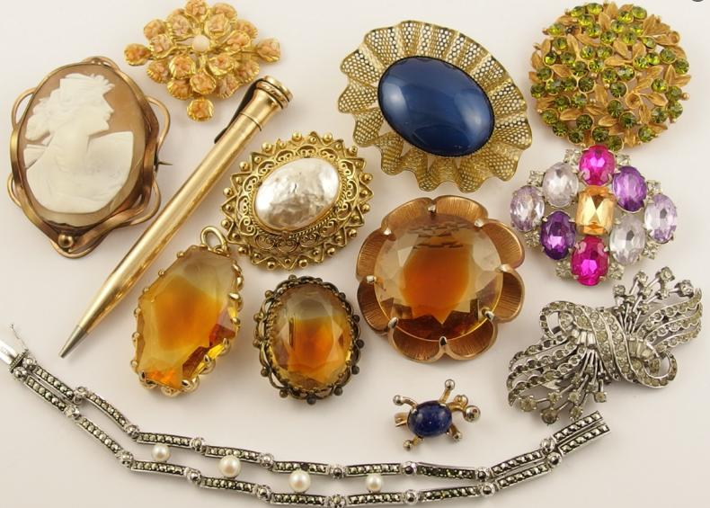 A collection of vintage costume jewellery to include a large shell cameo and a gold plated pencil