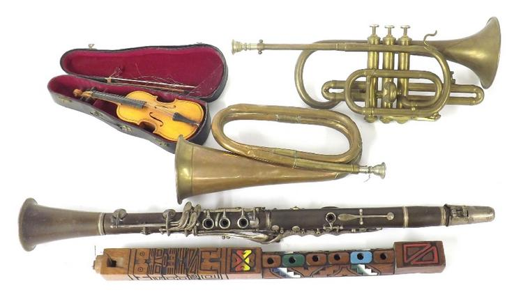 Collection of musical instruments to include a bugle, trumpet, ethnic recorder, clarinet and miniature cased violin with bow (5)