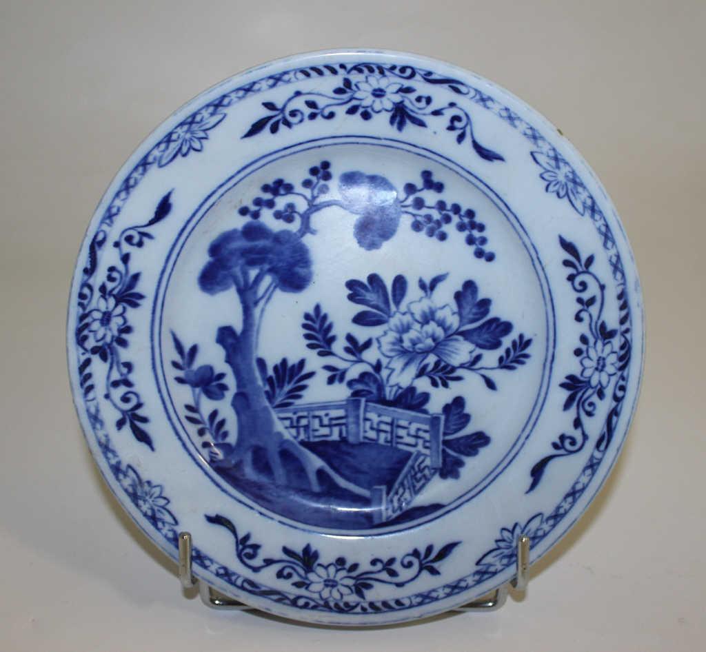 CREIL : Plat à décor au chinois bleu et blanc