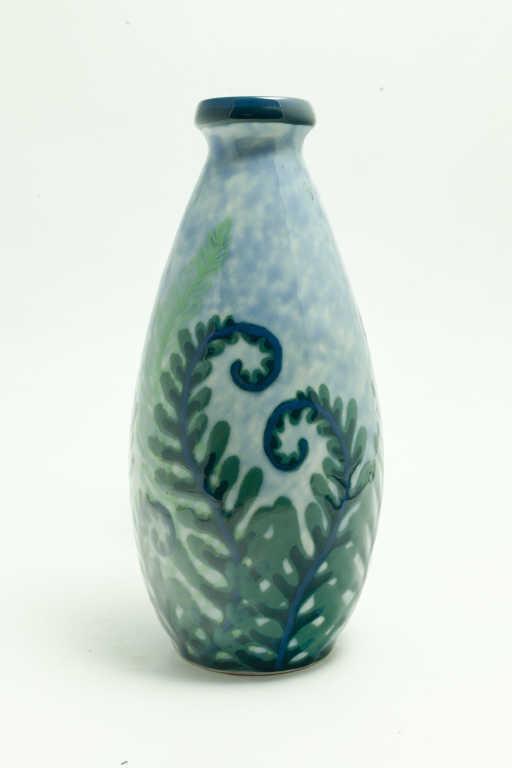 Vase ovoïde à décor de fougères sur fond bleu ciel