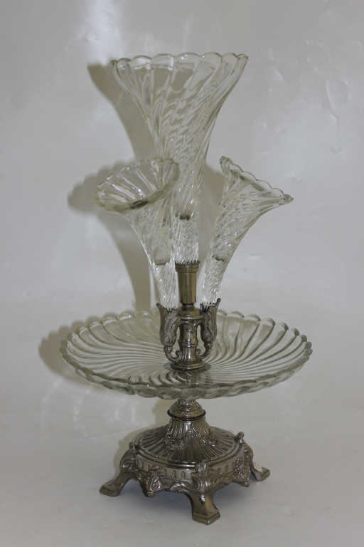 Surtout de table agrémenté d'une coupe et de trois cornets en verre