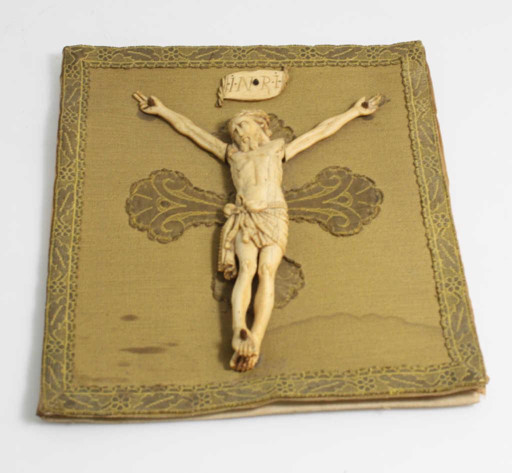 Intéressant Christ en ivoire posé sur une broderie