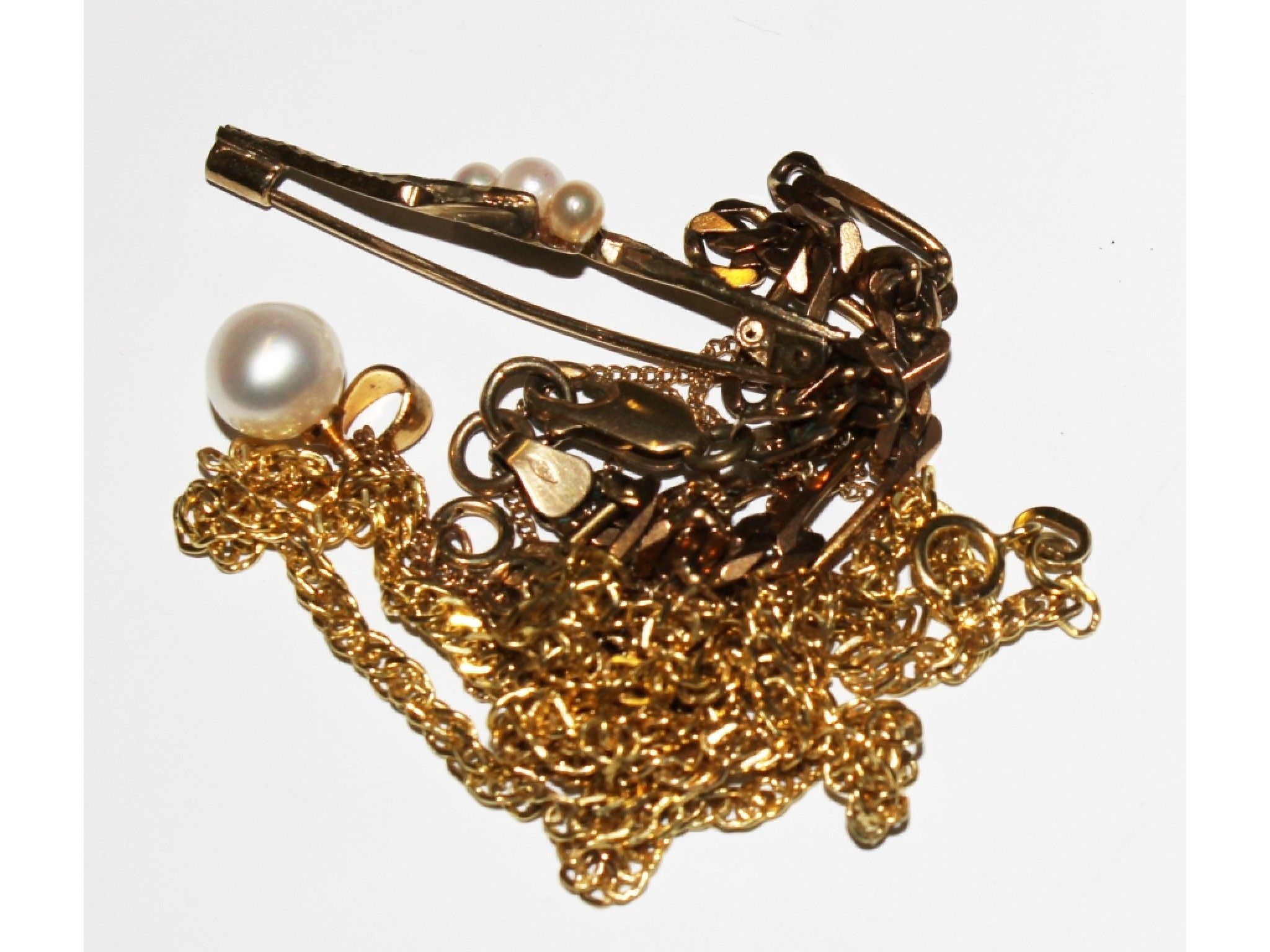 A 9 carat bracelet, a 9 carat gold chain, a 9 carat gold bar brooch and a 9 carat gold and pearl set neck chain (4)