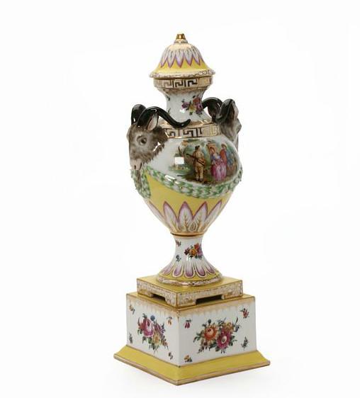 Vase standing on the four-sided porcelain vase
