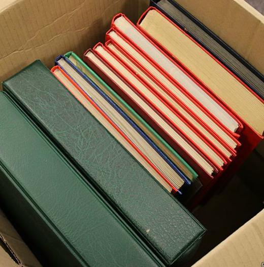 Danmark. Kasse med samlinger i 2 gode Leuchtturm album samt lagerparti i mange bind incl. en del postfrisk heriblandt 4-blokke o
