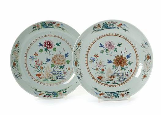 A pair of Chinese famille rose porcelain bowls. Qianlong 1736-1795. Diam. 26.5 cm