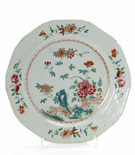 Chinese porcelain famille rose dish. Qianlong 1736-1795. Diam. 32 cm