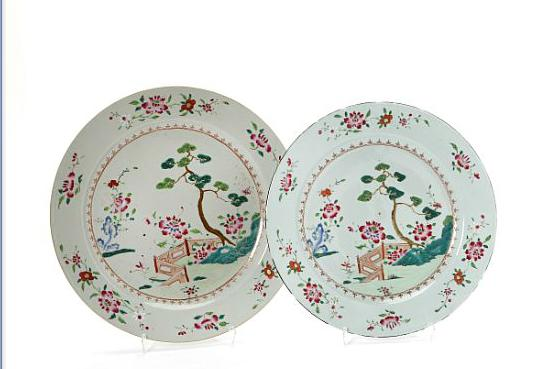 A pair of Chinese famille rose porcelain dishesA pair of Chinese famille rose porcelain dishes