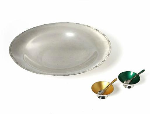 A circular silver dish and a pair of silver salt cellars with matching salt spoons