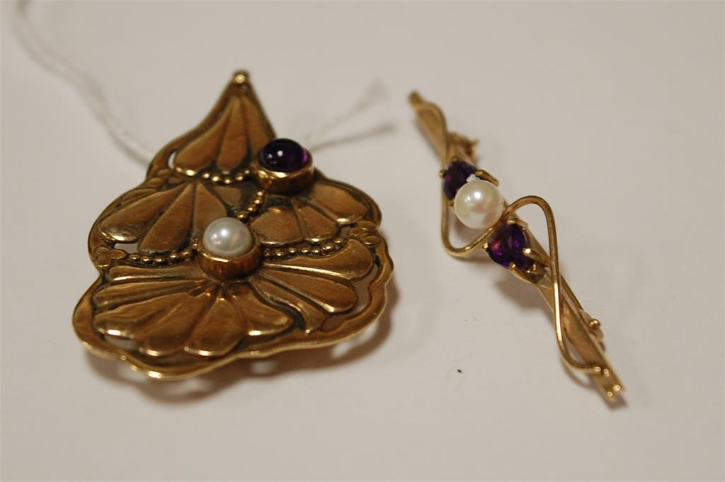 A 9ct gold cabochon amethyst and pearl set brooch, 9.4g