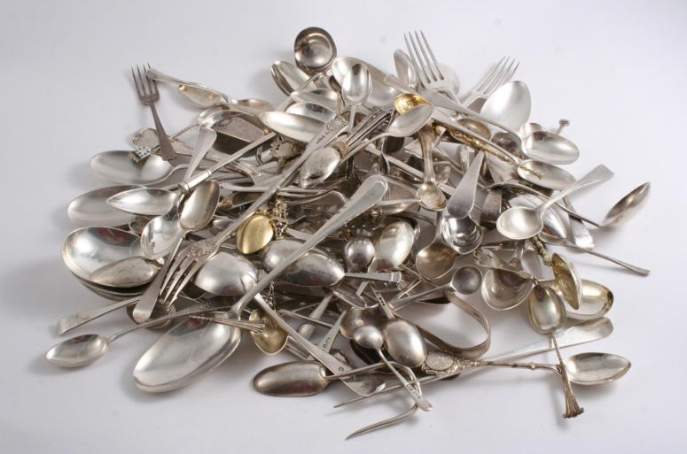 A MISCELLANEOUS LOT OF FLATWARE & CUTLERY