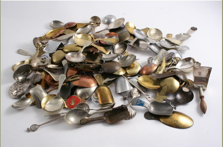 A QUANTITY OF PLATED & BASE METAL CADDY SPOONS (lot)