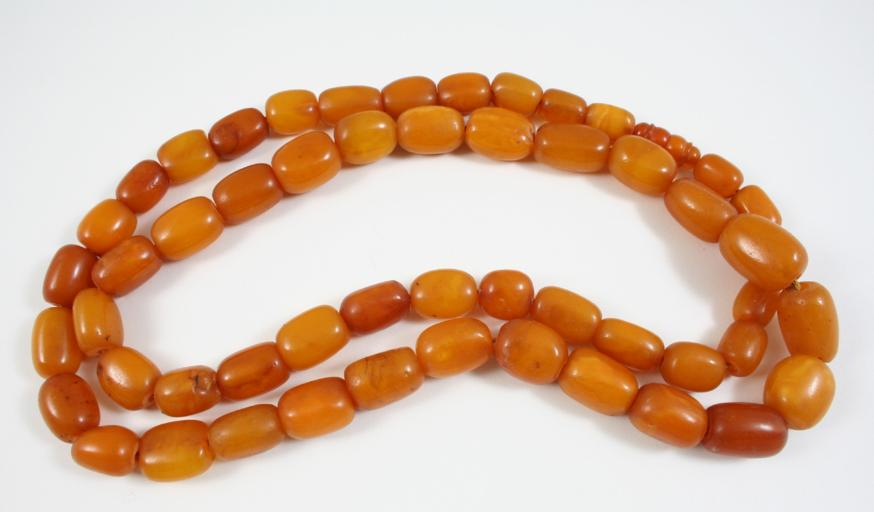 A SINGLE ROW AMBER BEAD NECKLACE