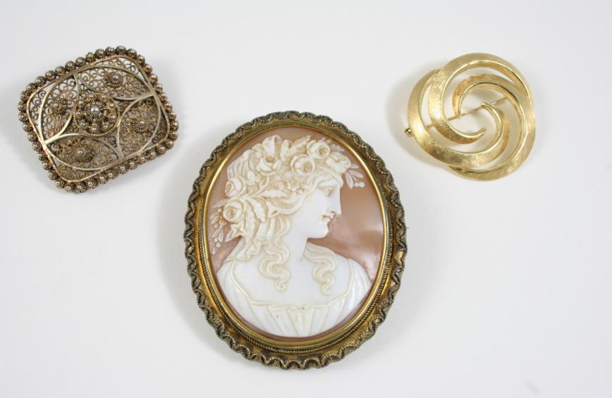AN OVAL CARVED SHELL CAMEO BROOCH