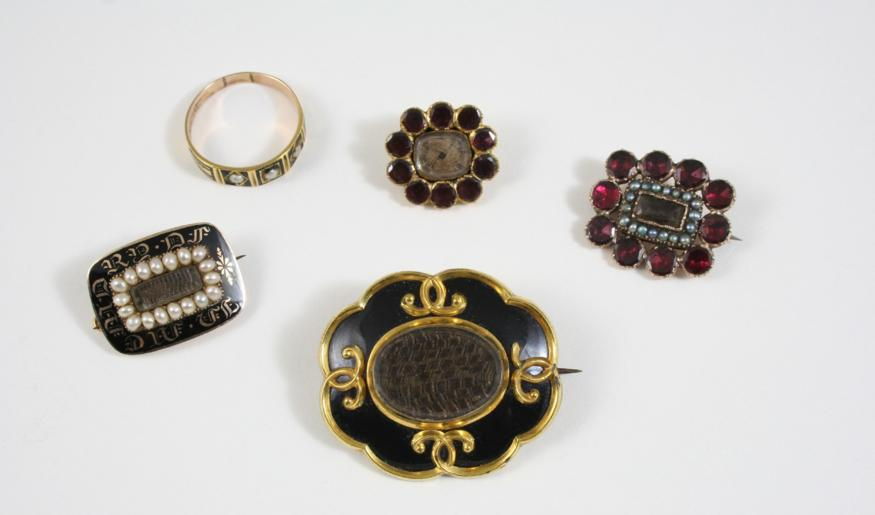 A GEORGIAN GOLD, PEARL AND BLACK ENAMEL MOURNING BROOCH