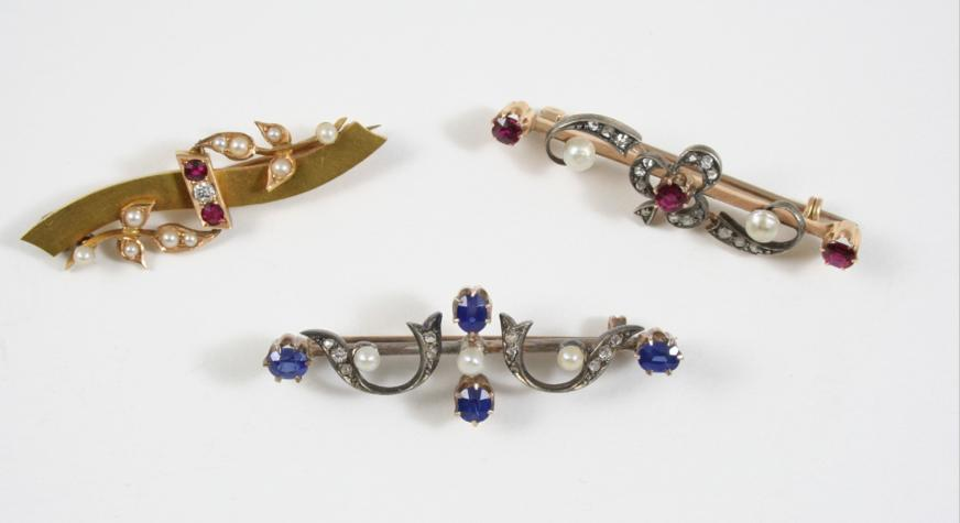 A VICTORIAN SAPPHIRE, DIAMOND AND PEARL BROOCH