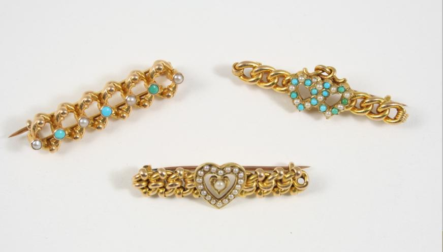 A VICTORIAN 15CT. GOLD, TURQUOISE AND PEARL BROOCH