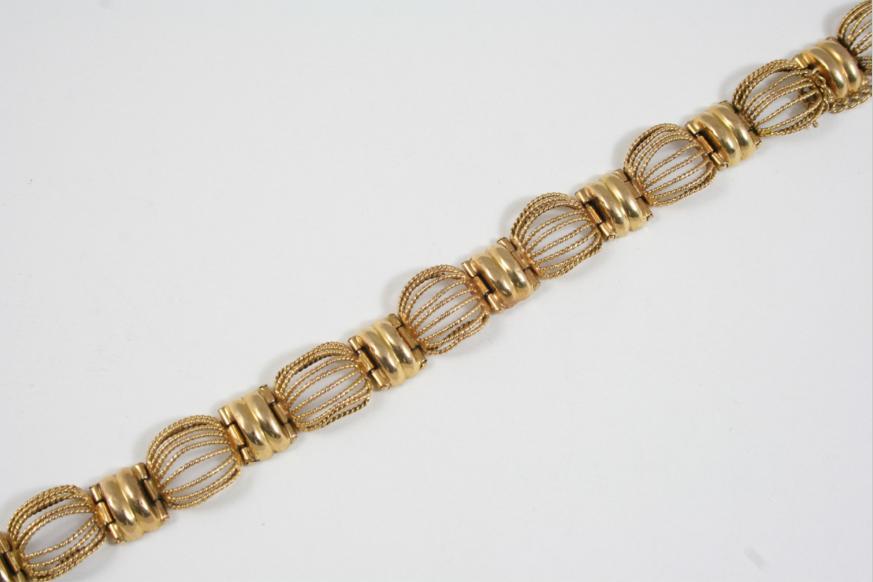 A GOLD FANCY LINK BRACELET
