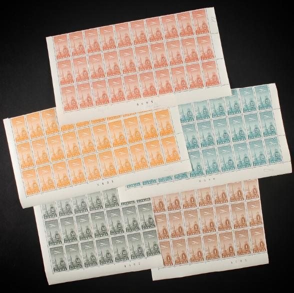 1934. Ny Luftpost. Komplet sæt i postfrisk arkdele, 30 stk. af 10, 15 og 20 øre, samt 18 stk. af 50 øre og 1 kr. AFA: 7260+