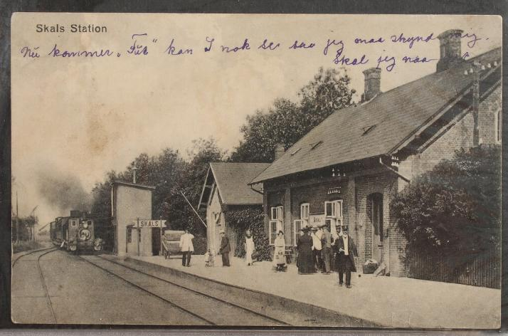 Postcards. Album with ca. 100 danish and foreign postcards and covers with tematic trains, ships and aeroplanes