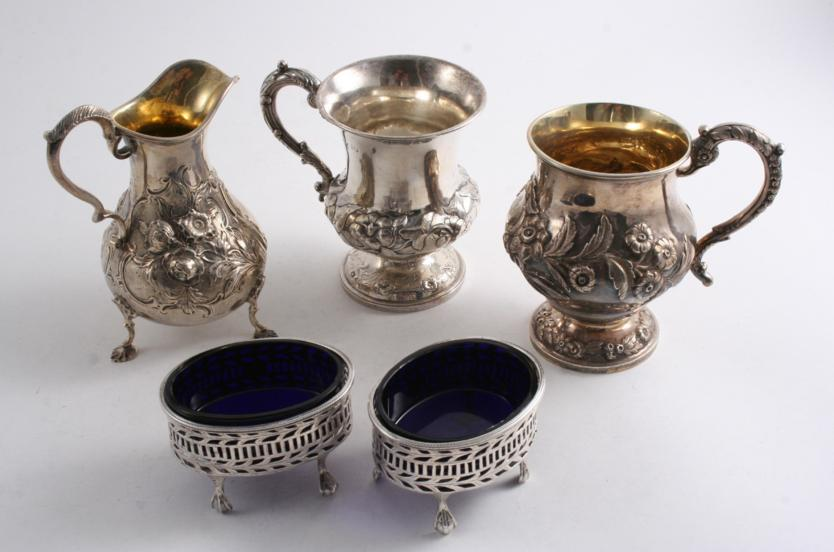 A MIXED LOT OF ANTIQUE SILVER: