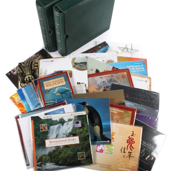 New Zealand. NH coll. in 2 fine albums 1995-2013 (not complete) + many many souvenir-folders etc. Also incl. Roos Dep