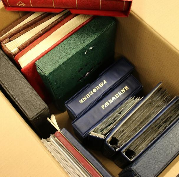 Realisation. Lot in 2 large boxes with fine old coll. DK and DWI, many year-sets etc. etc.