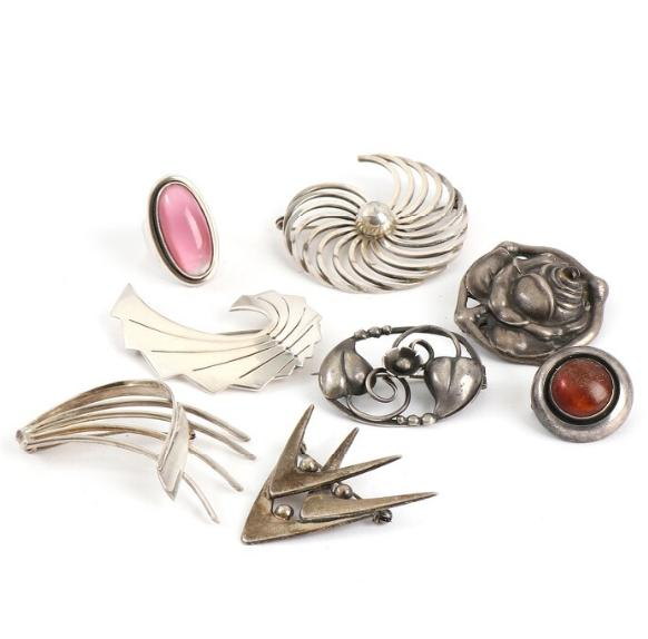 Seven silver and sterling silver brooches and one ring. Ring size 54. (8)