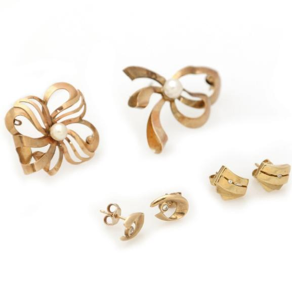 Two broches and two pair of ear studs partly set