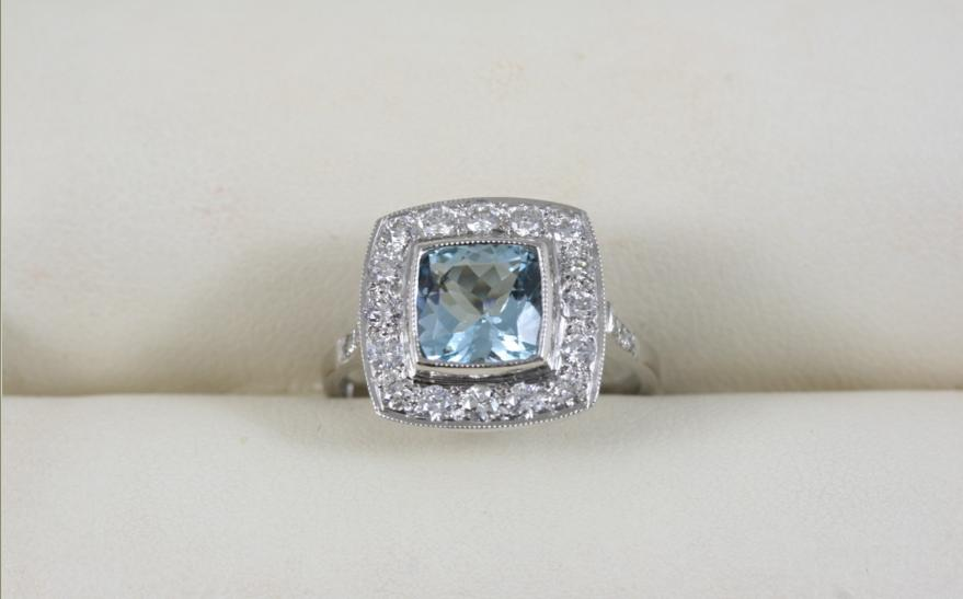 AN AQUAMARINE AND DIAMOND CLUSTER RING