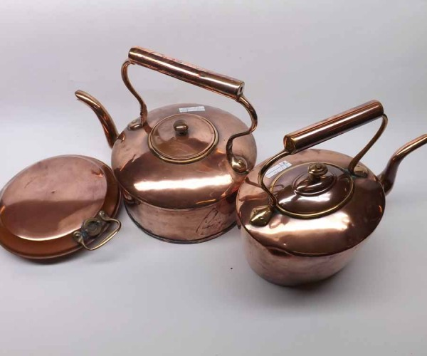 Mixed lot: two vintage copper kettles and a copper hot water bottle