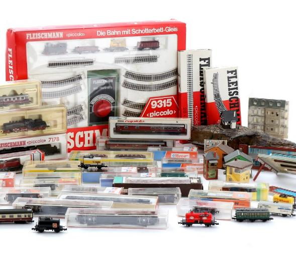 Model train, N-scale, consisting of a starter set, eight trains, wagons, rails etc. Mostly in original boxes