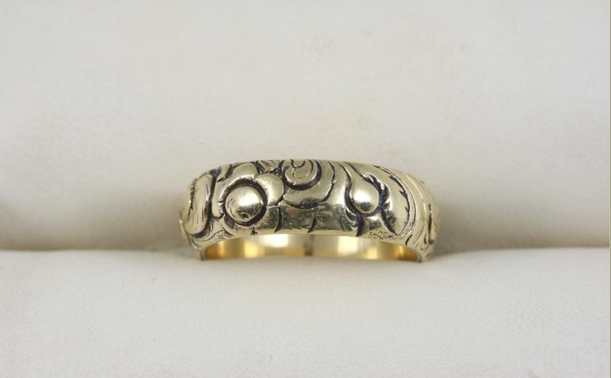 A VICTORIAN GOLD BAND