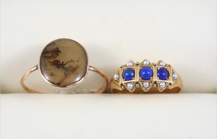A 15CT. GOLD, LAPIS LAZULI AND PEARL RING