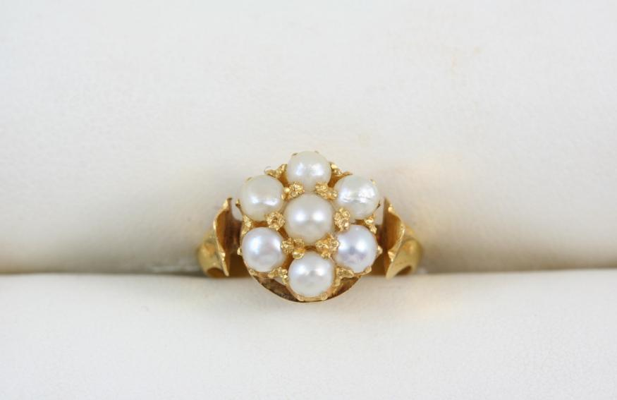 A PEARL AND GOLD CLUSTER RING
