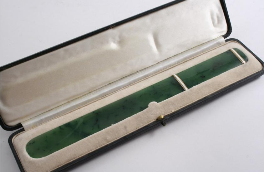 AN EARLY 20TH CENTURY NEPHRITE PAPER KNIFE