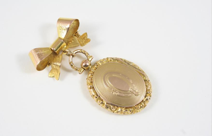 A LATE VICTORIAN GOLD LOCKET