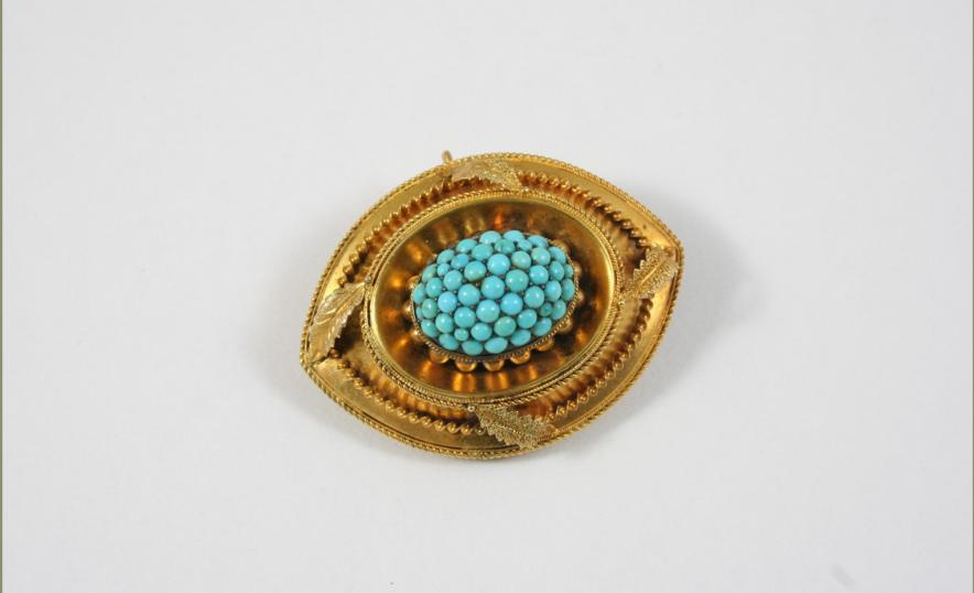 A VICTORIAN TURQUOISE AND GOLD BROOCH