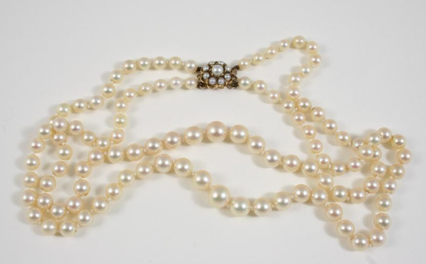 A TWO ROW GRADUATED CULTURED PEARL NECKLACE