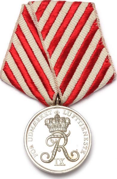 Medaljen for udmærket lufttjeneste, indstiftet 1962, Salomon, LS 2-225 (Fig. 467), i originalt bånd og æske